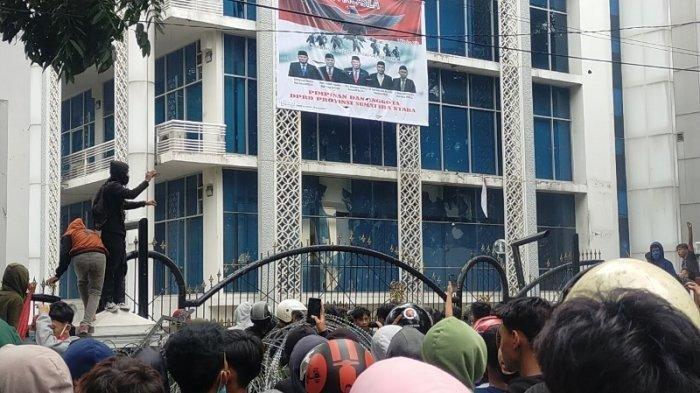 Seorang Polwan Terkena Lemparan Batu Pelajar Saat Aksi Tolak UU Cipta Kerja di Medan