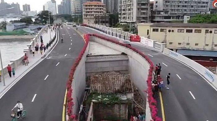 Rumah di tengah jalan layang Haizhuyong Bridge, di kota Guangzhou, Provinsi Guangdong, China.(WEIBO via DAILY MAIL)