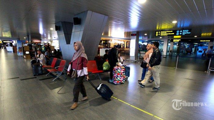 Sejumlah penumpang baru tiba di Bandara Husein Sastranegara, Kota Bandung, Jawa Barat, Senin (8/7/2019). Pasca-pengalihan 12 penerbangan dari Bandara Husein Sastranegara ke Bandara Internasional Jawa Barat (BIJB) atau Bandara Kertajati, suasana di Bandara Husein Sastranegara menjadi sepi. Tribun Jabar/Gani Kurniawan