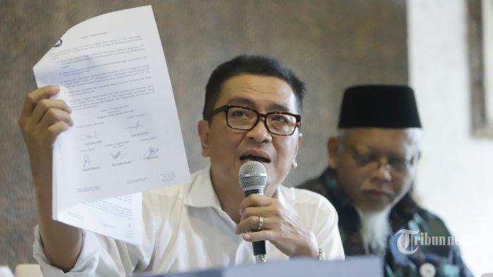 Direktur Utama LPP TVRI nonaktif Helmy Yahya didampingi sejumlah Direksi LPP TVRI dan kuasa hukum berbicara kepada wartawan terkait pemberhentian dari jabatannya oleh Dewan Pengawas LPP TVRI saat menggelar konferensi pers di Jakarta, Jumat (17/1/2020). Helmy Yahya menyampaikan sejumlah poin pembelaan terkait pemberhentiannya dari Dirut LPP TVRI dan akan menempuh jalur hukum untuk menindaklanjuti kasus tersebut. TRIBUNNEWS/HERUDIN