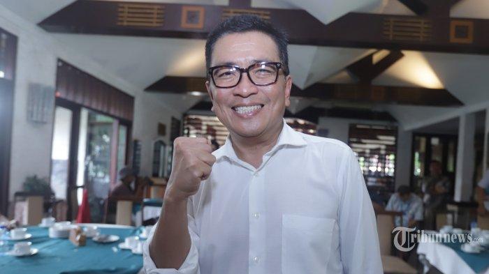 Direktur Utama LPP TVRI nonaktif Helmy Yahya ditemui usai berbicara kepada wartawan terkait pemberhentian dari jabatannya oleh Dewan Pengawas LPP TVRI saat menggelar konferensi pers di Jakarta, Jumat (17/1/2020). Helmy Yahya menyampaikan sejumlah poin pembelaan terkait pemberhentiannya dari Dirut LPP TVRI dan akan menempuh jalur hukum untuk menindaklanjuti kasus tersebut. TRIBUNNEWS/HERUDIN