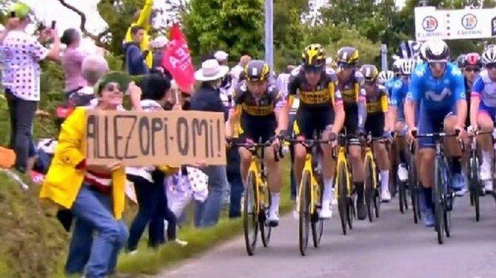 Polisi Cari Penonton Perempuan Berjaket Kuning Penyebab Tabrakan Beruntun di Tour de France