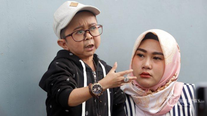 Komedian Daus Mini bersama istrinya, Shelvie Hana Wijaya usai menjadi bintang tamu di salah satu TV swasta, di Jakarta, Selasa (7/1/2020). Belum setahun pernikahan, Daus dan Shelvie dikejutkan dengan aksi penipuan yang mengatasnamakan Daus Mini. Ia dan sang istri pun mengultimatum penipu agar tidak lagi mencatut namanya dan akan melaporkan ke polisi jika masih melakukan aksi penipuan. TRIBUNNEWS/HERUDIN