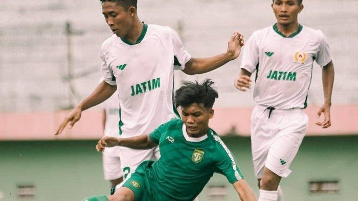 Dicky Kurniawan, pemain muda Persebaya berduel dengan pemain PON Jatim dalam internal game, Jumat (12/3/2021) di Stadion Gelora Delta, Sidoarjo.