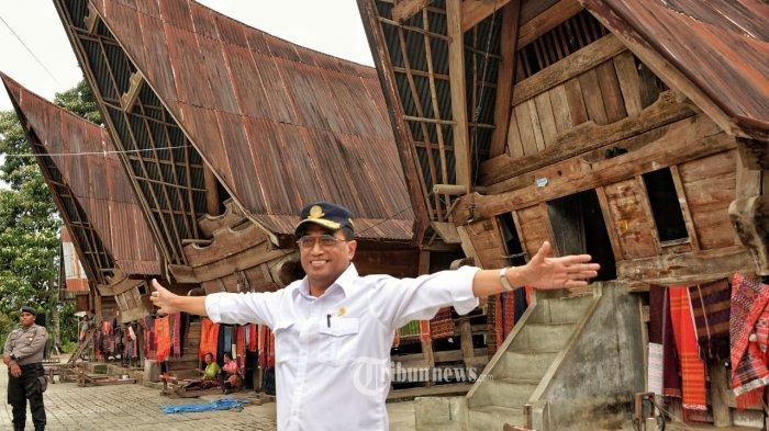 Menteri Perhubungan (Menhub), Budi Karya Sumadi, di depan rumah adat Gorga di Huta Raja, Desa Lumban Suhi-suhi, Toruan, Kabupaten Samosir.