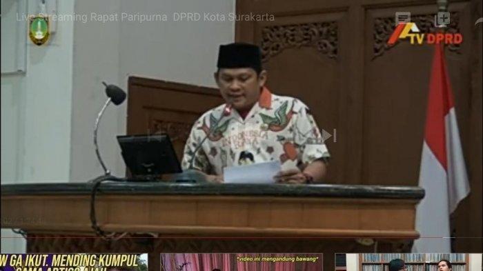 Kader PKS Solo pakai baju khas yang biasanya digunakan Gibran Rakabuming Raka yang terlihat dalam tangkapan layar siaran langsung rapat paripurna DPRD Kota Solo via YouTube, Rabu (29/7/2020).
