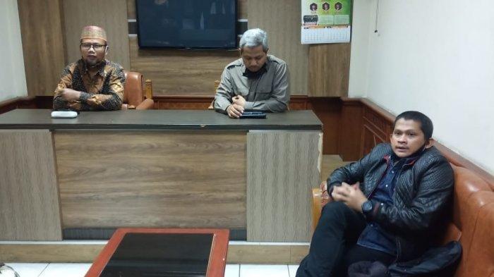 Di sela-sela sidang etik internal Fraksi PKS Solo terhadap anggotanya di DPRD Didik Hermawan (duduk di bawah) karena memakai kemeja khas kampanye Gibran di rungan fraksi, Kamis (30/7/2020).
