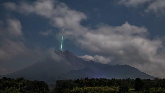 Media sosial diramaikan dengan viralnya foto kilatan cahaya diduga meteor jatuh di puncak Gunung Merapi, Yogyakarta. Foto tersebut diambil dan dibagikan oleh akun Instagram @gunarto_song, Kamis (27/5/2021).