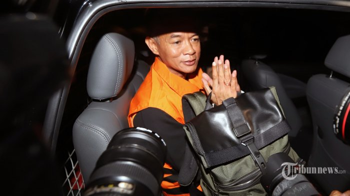 Komisioner KPU, Wahyu Setiawan mengenakan rompi tahanan warna oranye usai menjalani pemeriksaan oleh penyidik KPK, di Gedung KPK, Jakarta Selatan, Jumat (10/1/2020) dini hari. Wahyu Setiawan ditetapkan menjadi tersangka dalam kasus dugaan suap terkait dengan penetapan pergantian antar waktu (PAW) anggota DPR RI terpilih 2019-2024 dari Partai Demokrasi Indonesia Perjuangan dengan upaya membantu Harun Masiku sebagai PAW anggota DPR RI yang meninggal dunia, Nazarudin Kiemas, dengan uang operasional sebesar Rp 900 juta. Tribunnews/Jeprima
