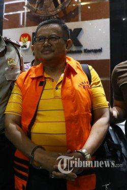 Bupati Indramayu, Supendi menggunakan rompi oranye dan tangan diborgol usai menjalani pemeriksaan di Gedung KPK, Jakarta Selatan, Rabu (16/10/2019) dini hari. KPK resmi menahan empat orang tersangka yakni Bupati Indramayu Supendi, Kepala Dinas PUPR Kabupaten Indramayu Omarsyah, Kepala Bdang Jalan Dinas PUPR Wempy Triyono, dan pihak swasta Carsa AS sebagai penyuap dengan barang bukti sebesar Rp 685 juta, perhiasan, serta sepeda terkait transaksi proyek di Dinas Pekerjaan Umum. Tribunnews/Irwan Rismawan