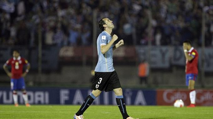 Diego Godin merayakan gol ke gawang Chile, 17 November 2015.