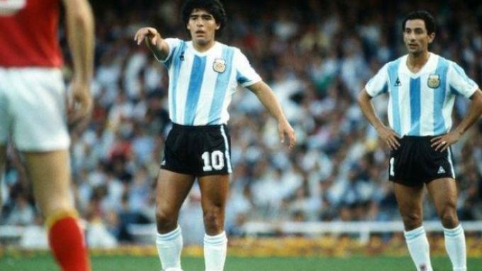 Diego Maradona (tengah) dan Ossie Ardiles (kanan) bermain bersama di Piala Dunia 1982 (Tangkapan Layar BBC)