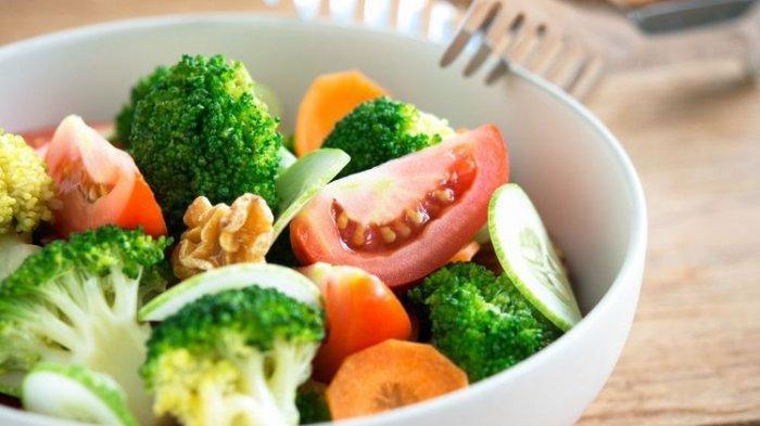 Diet dengan mengkonsumsi makanan sehat.