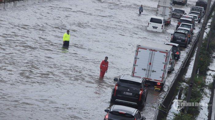 Sejumlah kendaraan melintas perlahan saat tol Jakarta-Cikampek (Japek) banjir di Jatibening, Bekasi, Jawa Barat, Selasa (25/2/2020). Curah hujan yang tinggi dan drainase yang buruk membuat sejumlah ruas tol Jakarta-Cikampek terendam banjir. Tribunnews/Herudin