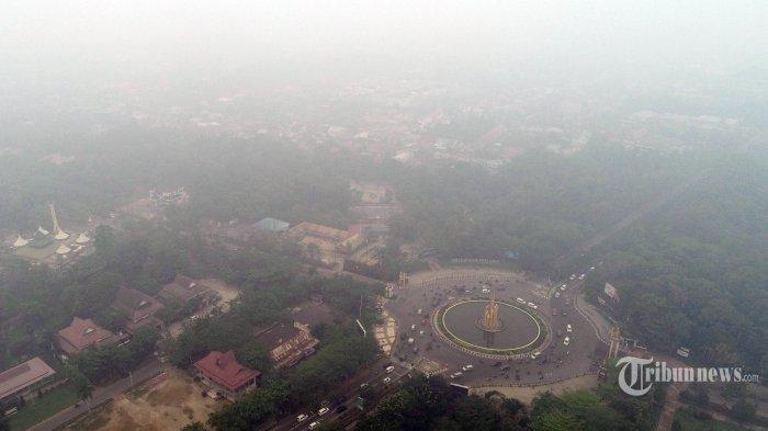 Kabut asap pekat menyelimuti kawasan udara Kota Pontianak dilihat dari Taman Digulis, Jalan Ahmad Yani, Pontianak, Kalimantan Barat, Minggu (15/9/2019). Akibat karhutla di Kalbar, dengan titik api terbanyak di kawasan Ketapang, Sintang, dan kayong Utara, kualitas udara Kota Pontianak memburuk, serta beberapa penerbangan yang masuk dan keluar dari Bandara Internasional Supadio terpaksa dibatalkan. TRIBUN PONTIANAK/DESTRIADI YUNAS JUMASANI