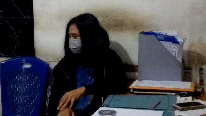 BINGUNG - HH saat berkonsultasi di Pos FKPM Samarinda, Kalimantan Timur, terkait permasalahan yang dihadapinya, ia bingung lantaran seorang pria yang dikenalnya menuntut uang Rp 100 juta selama 4 bulan menjalani hubungan dengannya. (HO/FKPM)