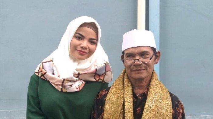 Dinar Candy ditemani Acep Ginayah Sobiri, ayahnya, setelah syuting di TransTV, Jalan Kapten Tendean, Mampang Prapatan, Jakarta Selatan, Senin (20/5/2019). (Warta Kota/Arie Puji Waluyo)