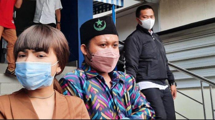 Dinar Candy dan Direktur LBH PB SEMMI, Gurun Arisastra di Polda Metro Jaya, Jakarta Selatan, Senin (20/9/2021).