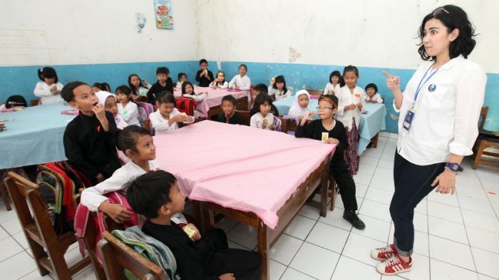 Aktris Cantik Dinda Kanyadewi Sehari Menjadi Guru Sekolah Dasar di Bandung