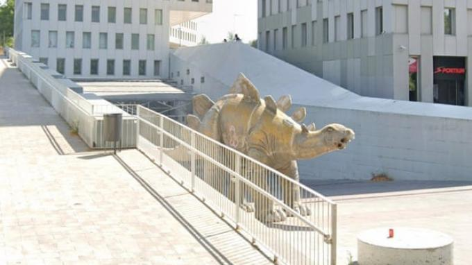 Seorang pria ditemukan tewas di dalam sebuah patung dinosaurus di Spanyol.