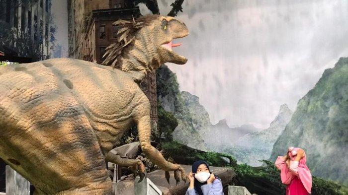 Serunya Menjelajah dan Berinteraksi dengan Dinosaurus diDino Venture