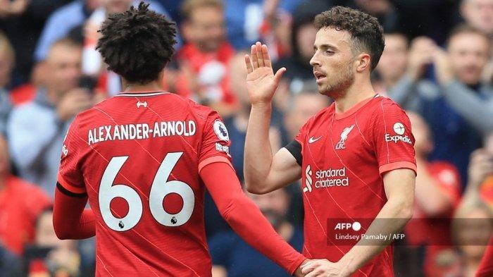 Striker Liverpool asal Portugal Diogo Jota (kanan) merayakan gol pertama timnya dengan bek Liverpool Trent Alexander-Arnold selama pertandingan sepak bola Liga Premier Inggris antara Liverpool dan Burnley di Anfield di Liverpool, Inggris barat laut pada 21 Agustus 2021.