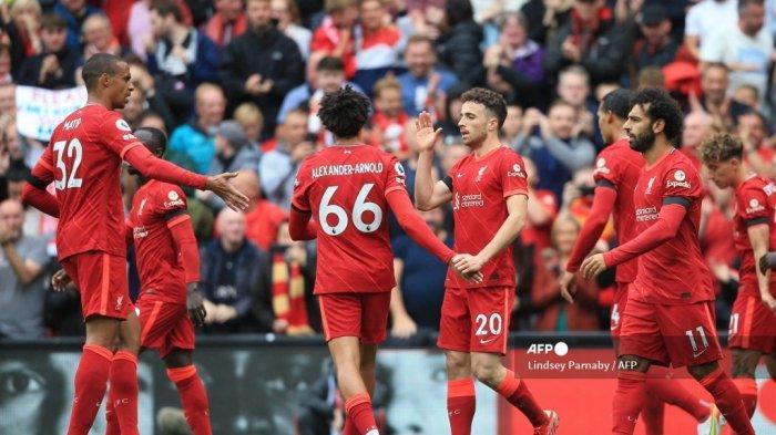 Striker Liverpool asal Portugal Diogo Jota (tengah) merayakan mencetak gol pertama timnya dengan rekan satu tim selama pertandingan sepak bola Liga Premier Inggris antara Liverpool dan Burnley di Anfield di Liverpool, barat laut Inggris pada 21 Agustus 2021.