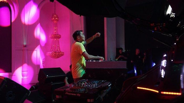 Tribunnews/Deodatus Pradipto DJ Dipha Barus saat wawancara eksklusif dengan Tribun Network di kawasan SCBD, Jakarta, Sabtu (23/11/2019) dini hari.