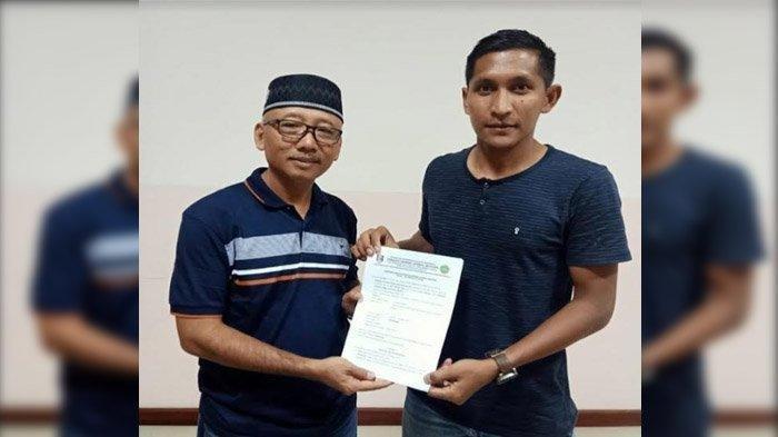 Direktur Operasional tim PS Hizbul Wathan Suli Daim (kiri) saat Memperkenalkan M Choirun Nasirin (kanan) sebagai penjaga gawang baru tim PSHW musim ini.