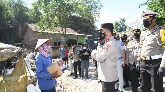 Korlantas Polri Bagikan Bantuan dan Beri Edukasi Pencegahan Covid-19 Kepada Pemulung di Bantul