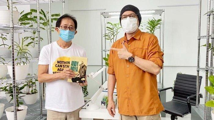 Direktur PT Industri Jamu dan Farmasi Sido Muncul Tbk. Irwan Hidayat bersama Andy F. Noya yang kini dipercaya sebagai Duta Tolak Angin.