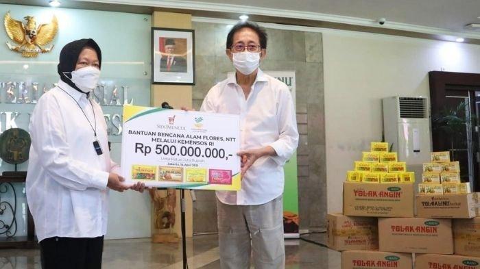 Bantuan bagi Korban badai Seroja di NTT secara simbolis diserahkan oleh Direktur Sido Muncul Irwan Hidayat kepada Menteri Sosial Tri Rismaharini di Gedung Kementerian Sosial Jakarta, Rabu (14/4/2021).
