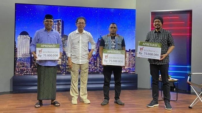 Direktur Sido Muncul Irwan Hidayat menyerahkan apresiasi
