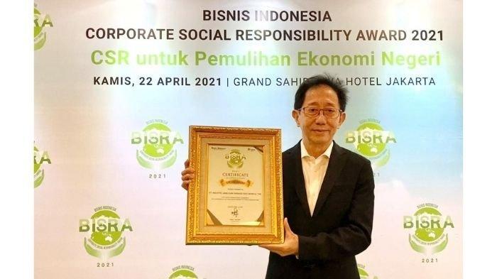 Direktur Sido Muncul, Irwan Hidayat saat menerima penghargaan BISRA 2021