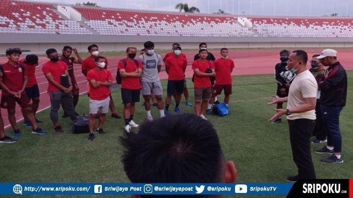 Direktur Teknik PT SOM Indrayadi SE didampingi tim pelatih memberikan pengarahan kepada para pemain Sriwijaya FC usai laga ujicoba menghadapi Bina Darma Mutiara Hitam di Stadion GSJ, Jumat (9/7/2021) petang.