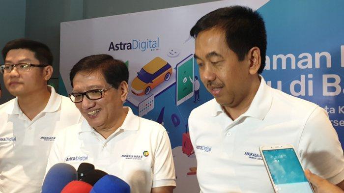 Direktur Utama AP II Muhammad Awaluddin (kanan) bersama Direktur Astra Internasional Paulus Bambang (tengah) dan Direktur Utama Astra Digital Djap Tet Fa di Bandara Soekarno-Hatta, Tangerang, Selasa (9/10/2019).