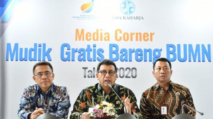 Direktur Utama Jasa Raharja Budi Rahardjo (tengah) dan Direktur Operasional Jasa Raharja Amos Sampetoding (kiri) saat konfrensi pers mudik gratis 2020 di kantor pusat Jasa Raharja, Jakarta, Selasa (25/2/2020).