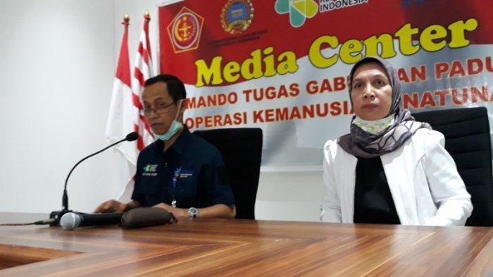 Direktur Jenderal Pencegahan dan Pengendalian Penyakit, Kemenkes Dr Anung Sugihantono? dan Direktur Tata kelola Obat Publik Kemenkes, Saidah saat menggelar konferensi pers di Natuna, Kamis (6/2/2020). (Theresia Felisiani/Tribunnews.com)