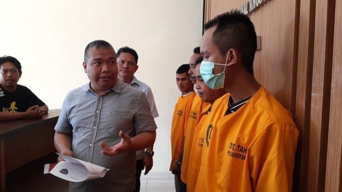 Dirkrimsus Kombes Pol Indra Krismayadi berbincang dengan tersangka ujaran kebencian dan menghina Presiden Jokowi Rabu (3/7/2019)