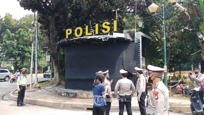 TINJAU POS POLANTAS - Dirlantas Polda Metro Jaya, Kombes Sambodo Purnomo Yogo, Sabtu (10/10/2020), meninjau secara langsung kondisi pos polantas yang dirusak dan dibakar massa saat terjadi aksi unjukrasa. Untuk sementara waktu pihaknya mendirikan tenda darurat untuk petugas yang bertugas jaga di lokasi tersebut sambil menunggu perbaikan dan pembangunan pos yang baru selesai. WARTA KOTA/NUR ICHSAN