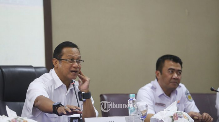Direktur Utama KAI, Edi Sukmoro (tengah), didampingi Excecutive Vice Presiden Daop 1 Jakarta R Dadan Rudiansyah. Warta Kota/Angga Bhagya Nugraha