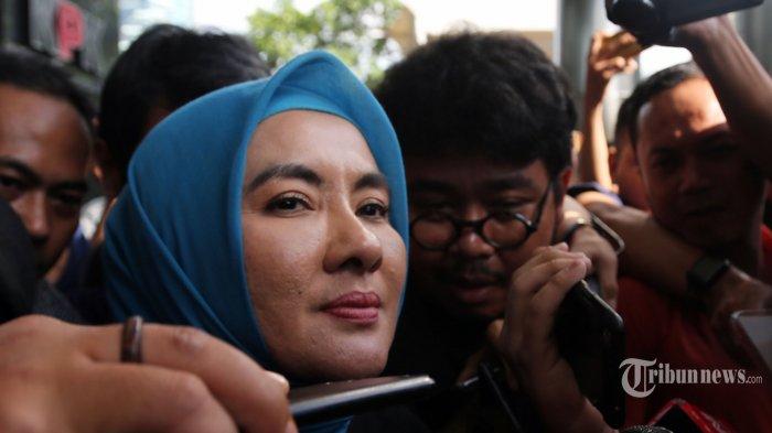 Direktur Utama PT Pertamina (Persero), Nicke Widyawati meninggalkan Gedung KPK usai menjalani pemeriksaan, di Jakarta Selatan, Kamis (2/5/2019). Nicke Widyawati yang dipanggil dalam kapasitasnya sebagai mantan Direktur Pengadaan Strategis 1 PT PLN (Persero) itu diperiksa sebagai saksi untuk tersangka Dirut PT PLN (Persero), Sofyan Basir terkait dugaan korupsi kesepakatan kontrak kerja sama Pembangunan PLTU Riau-1. Tribunnews/Irwan Rismawan