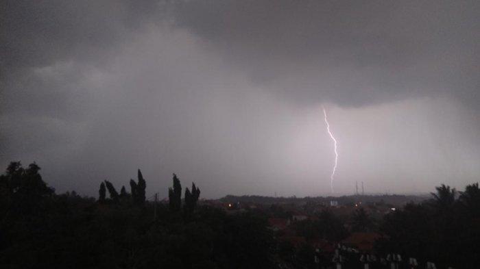 Prediksi Cuaca Jabodetabek Hari Ini: Berpeluang Hujan Disertai Kilat dan Angin Kencang