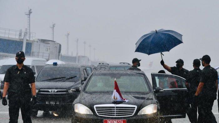 Disambut Guyuran Hujan Deras, Presiden Tiba di Palembang untuk Resmikan Tol Kayu Agung