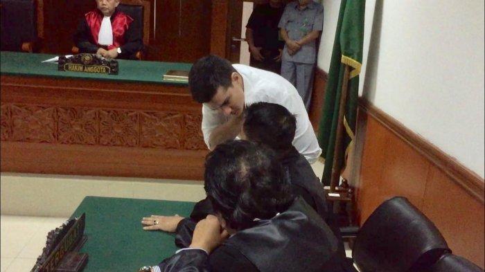 Steve Emmanuel saat berdiskusi dengan kuasa hukumnya, Firman Candra, Pengadilan Negeri Jakarta Barat, Slipi, Jakarta Barat, Selasa (16/7/2019).