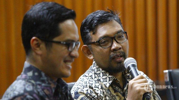 Direktur Gratifikasi KPK Giri Suprapdiono dan juru bicara KPK Febri Diansyah menjadi pembicara pada diskusi di gedung KPK, Jakarta, Rabu (30/8/2017). Dikskusi tersebut bertemakan Nulis Korupsi Tanpa Kontaminasi Gratifikasi, membahas tentang pemahaman gratifikasi yang meliputi pemberian barang atau fasilitas. TRIBUNNEWS/HERUDIN
