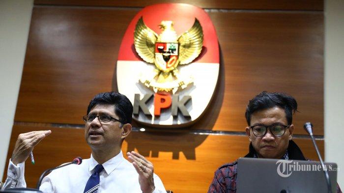 Wakil Ketua Komisi Pemberantasan Korupsi (KPK) Laode M Syarif (kiri) bersama Amnesty International Indonesia Usman Hamid (kanan) memberikan keterangan pers terkait pengesahan revisi undang-undang KPK di gedung KPK, Jakarta, Kamis (19/9/2019). Laode M. Syarif mengatakan ingin mengetahui model pengawasan yang dilakukan oleh Dewan Pengawas KPK sebagaimana tercantum dalam revisi Undang-Undang nomor 30 Tahun 2002 tentang KPK. TRIBUNNEWS/IRWAN RISMAWAN