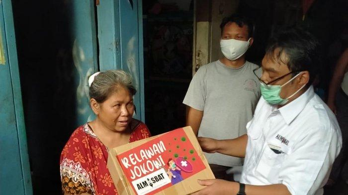 Distribusi bantuan sembako dari Almisbat kepada warga di Kelurahan Semper Barat, Kecamatan Cilincing, Jakarta Utara, Jum'at (22/5/2020).