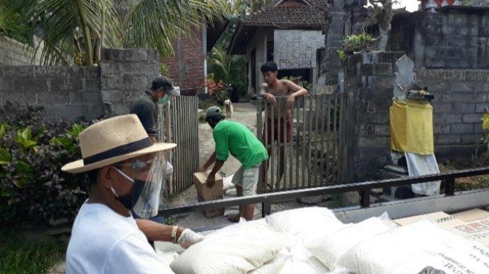 Distribusi logistik dilakukan Gugus Tugas Percepatan Penanganan Covid-19 Jembrana dan Satgas Gotong Royong Desa Adat dan Dinas Kaliakah, Kecamatan Negara, Jembrana, Bali, Sabtu (4/7/2020).