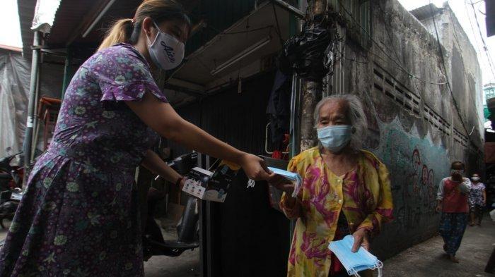 Hindari Kerumunan, KSP dan Dunia Usaha Distribusikan Masker Medis dari Pintu ke Pintu